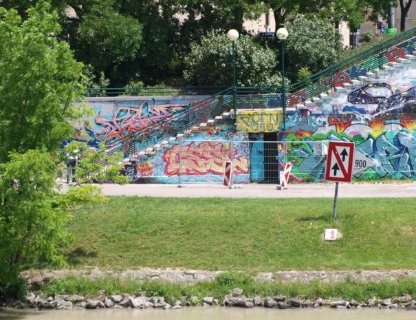 Eine schräge Wiese am Donaukanal Wien